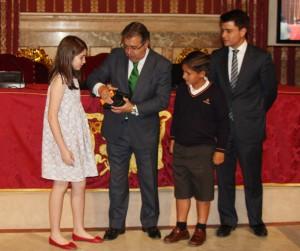 Alcalde julia entrega premio